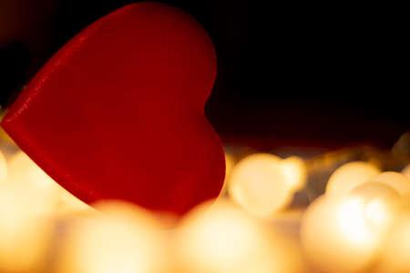 Foto de red valentine heart, yellow unfocussed lights - Imagen libre de derechos