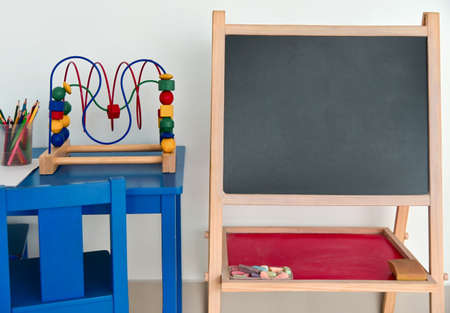Photo pour Chalkboard preschool chalkboard in kids room, copyspace. - image libre de droit