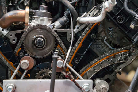 Photo pour Close-up on a disassembled engine with a view of the gas distribution mechanism, chain, gears and tensioners during repair and restoration after a breakdown. Auto service industry. - image libre de droit