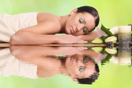 Photo pour young healthy girl relaxing in spa - image libre de droit