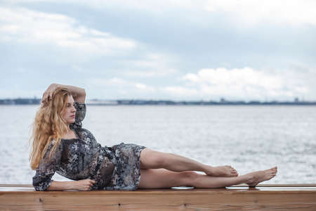 Photo pour happy girl in a dress by the sea - image libre de droit