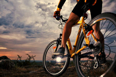 Photo pour Mountain Bike cyclist riding single track outdoor - image libre de droit