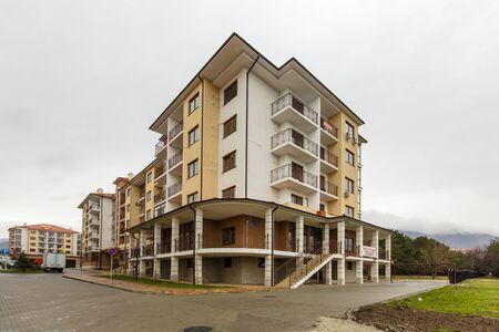 Foto de Newly built five-story apartment building. - Imagen libre de derechos