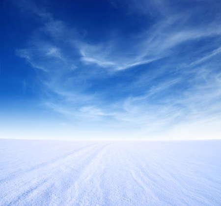 Photo pour snow mountain and blue sky - image libre de droit