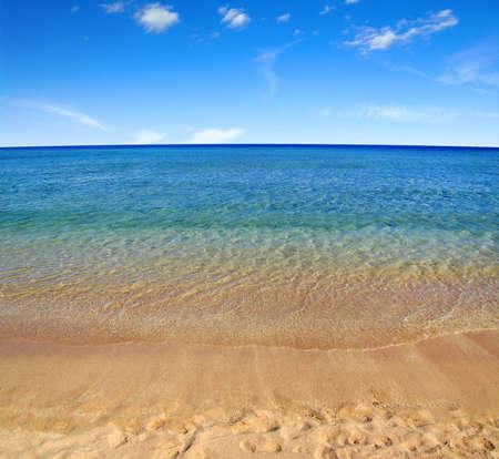 Foto de beach and sea on sky - Imagen libre de derechos