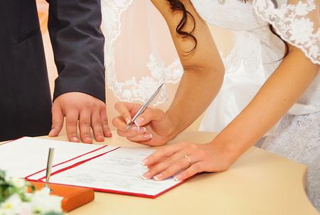 Foto de Bride signing marriage license or wedding contract - Imagen libre de derechos