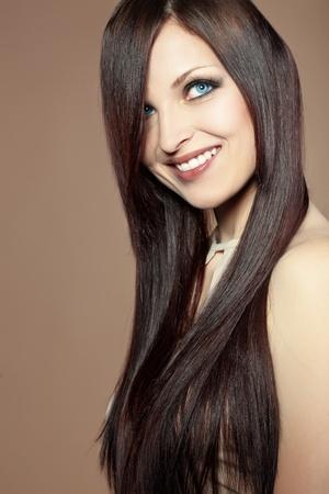 Photo pour Portrait of young beautiful woman with long glossy hair - image libre de droit
