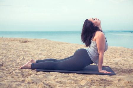 Foto de Young woman doing yoga exercise outdoors - Imagen libre de derechos