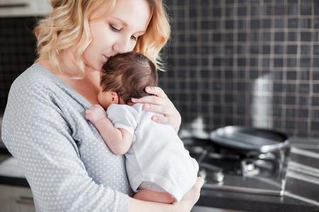 Foto de Young mother is holding her newborn baby - Imagen libre de derechos
