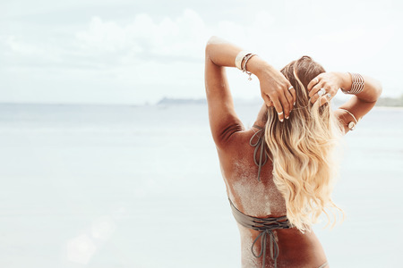 Photo pour Beautiful bohemian styled and tanned girl at the beach in sunlight - image libre de droit