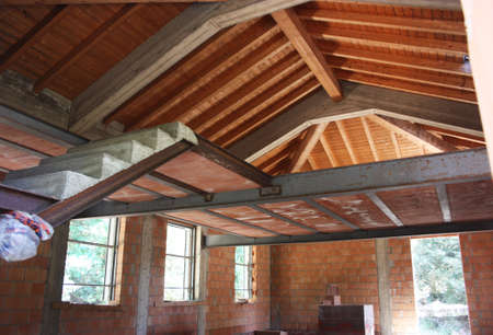 Photo pour ceiling of a domestic residential house under construction with red brick and exposed beams - image libre de droit