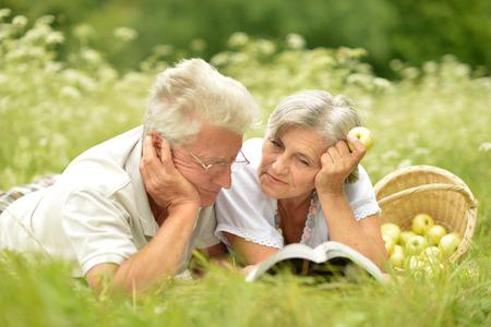 Foto de Loving elderly couple having a picnic in the summer - Imagen libre de derechos