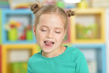 Foto de Portrait of little girl making funny faces - Imagen libre de derechos