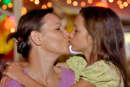 Foto de Portrait of a happy mother and daughter - Imagen libre de derechos