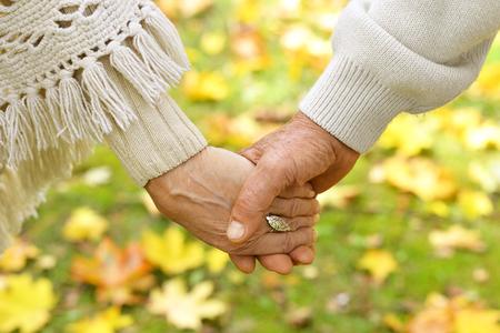 Foto de Elderly couple holding hands - Imagen libre de derechos