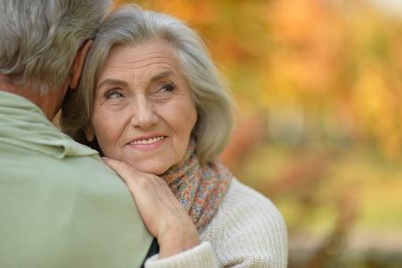 Photo pour Close up portrait of happy senior couple resting in autumnal park - image libre de droit