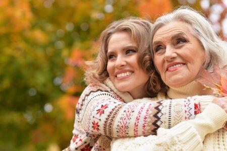 Photo pour Portrait of senior woman with daughter resting - image libre de droit