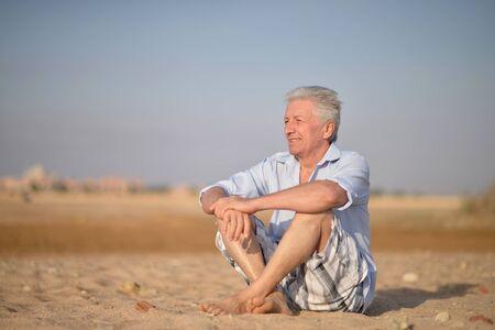 Photo pour Portrait of happy senior man at tropical resort - image libre de droit