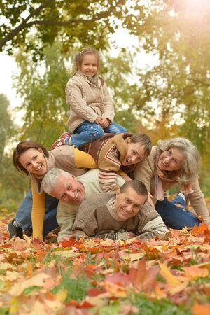Photo pour Happy smiling family relaxing in autumn park - image libre de droit