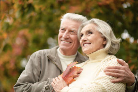 Photo pour Beautiful senior couple smiling in the park - image libre de droit