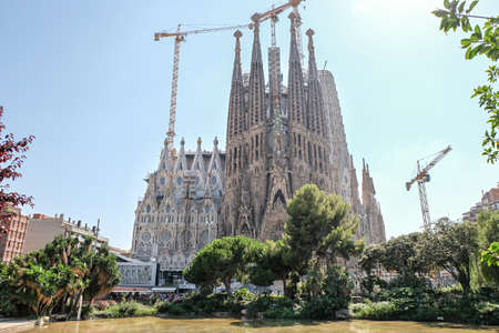 Foto de BARCELONA - JULY 19: View of the famous Sagrada Familia in Barcelona, Spain on July 19, 2018. Sagrada Familia is an unfinished Roman Catholic church in Barcelona, designed by Catalan architect Antoni Gaudi. - Imagen libre de derechos