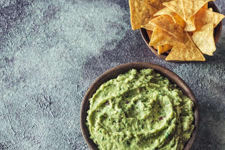 Photo pour Guacamole in bowl with tortilla chips - image libre de droit