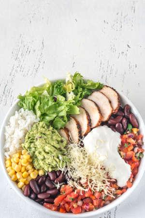 Photo pour Burrito bowl with chicken, salsa, corn, rice, kidney beans and guacamole - image libre de droit