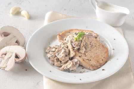 Photo pour Portion of creamy garlic mushroom pork close-up - image libre de droit
