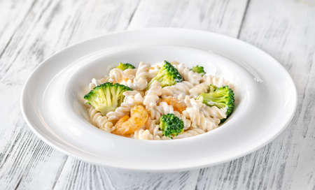Photo pour Fusilli pasta with broccoli, shrimps and creamy sauce - image libre de droit