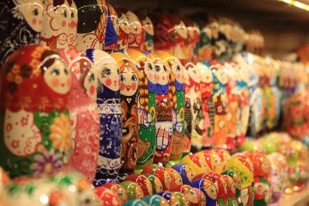 Photo pour A lot of souvenirs of nesting dolls. Many colored nesting dolls. - image libre de droit