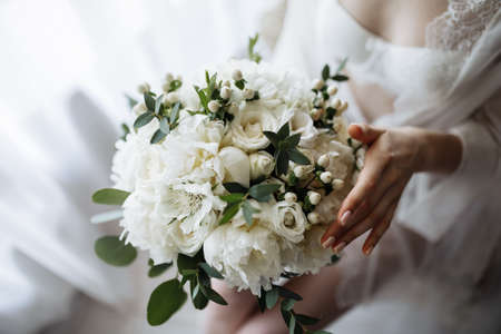 Photo pour Bridal morning details. Wedding bouquet in the hands of the bride. High quality photo - image libre de droit