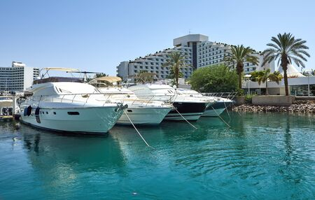 Photo pour View of the Gulf of Eilat with luxury yachts. On the yacht you can sunbathe, jump into the open sea and enjoy drinks and exotic fruits. - image libre de droit