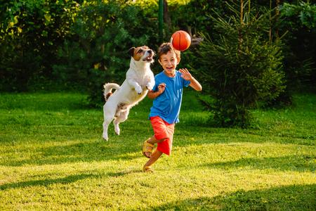 Foto de Family having fun outdoor with dog and basketball - Imagen libre de derechos