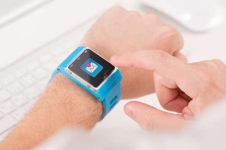 Photo pour Male finger tap on the icon of unread messages on the smart watch - image libre de droit