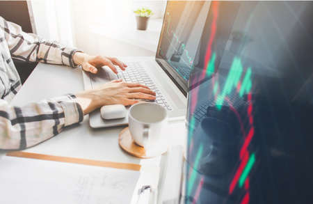 Photo pour Woman Investor analyzing stock market investments with financial dashboard, business intelligence, and key performance indicators on computer screens - image libre de droit