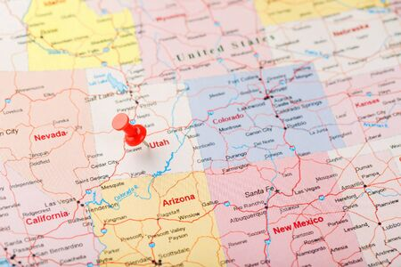Photo pour Red clerical needle on a map of USA, Utah and the capital Salt Lake City. Closeup Map Utah with Red Tack, US map pin - image libre de droit