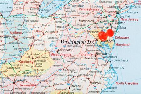 Photo pour Red clerical needle on the map of USA, South Washington, DC and the capital of Richmond. Close up map of DC with red tack, map of United States USA - image libre de droit
