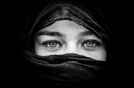 Photo pour Portrait of beautiful woman with blue eyes wearing black scarf in black and white - image libre de droit