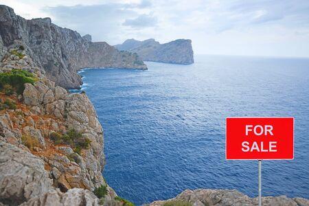 Photo pour Land for sale -  Coastal ground with FOR SALE sign - image libre de droit