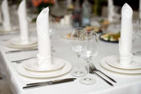 Photo pour The white napkin nicely folded on the plates, serving a celebratory banquet. - image libre de droit