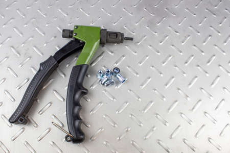 Photo pour Hand rivet to install steel threaded rivets. - image libre de droit