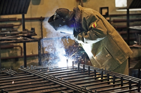 Welder welding pipe grid