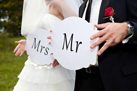 Foto de Couple hold card with text MR and MRS - Imagen libre de derechos