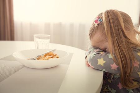 Photo pour Little girl refuses to eat. Child meal difficultes theme. - image libre de droit