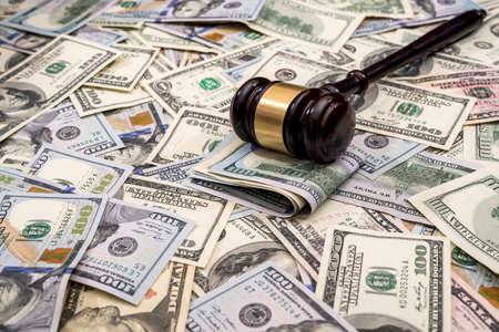 Photo pour wooden hammer judge against the background of dollars - image libre de droit