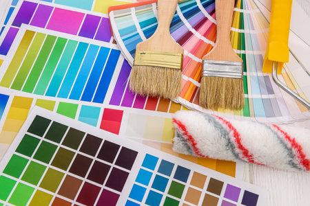 Foto de Color palettes with brush and roller close up - Imagen libre de derechos