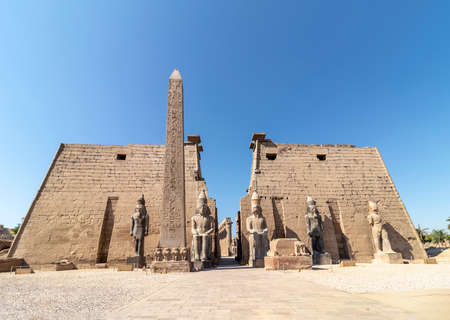 Photo pour Entrance to Luxor Temple, a large Ancient Egyptian temple complex located on the east bank of the Nile River in the city today known as Luxor (ancient Thebes). Was consecrated to the god Amon-Ra - image libre de droit