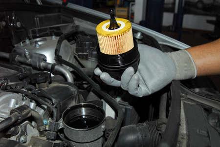 Photo pour replacement of oil filter - image libre de droit