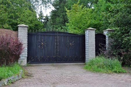 Photo pour Iron front gate of a beautiful luxury home. - image libre de droit