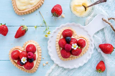 Foto de Strawberry cake in heart shape - Imagen libre de derechos